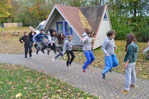 Kinder springen und trotzen dem Bewegungsmangel