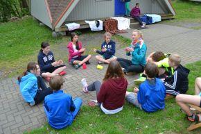 Bewegungsmangel Kinder sitzen am Boden
