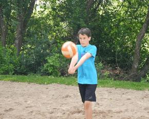 Junge spiel Volleyball