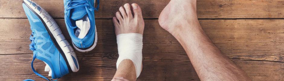 Eine Sportverletzung am Knöchel kann schmerzhaft sein