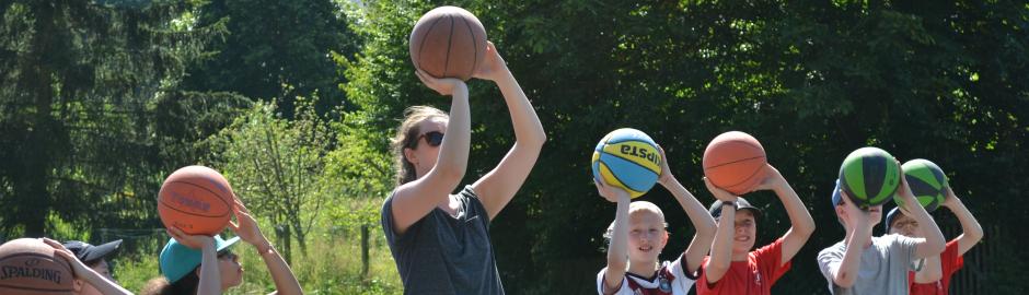 Basketball spielende Kinder