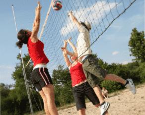 Jugendliche beim Beachvolleyball