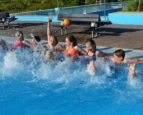 Schwimmen ist bei Mädchen und Jungen eine der beliebtesten Sportarten