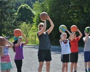 Kindgerechtes Basketball - Spaß an der Bewegung