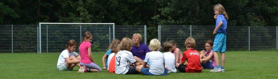 Kinder passen im Schulsport auf