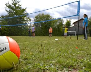 Jugendliche beim Volleyball