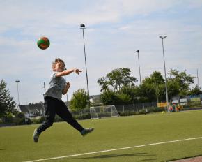 Junge wirft Ball