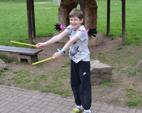 Junge beim Diabolo spielen im Move-It Camp