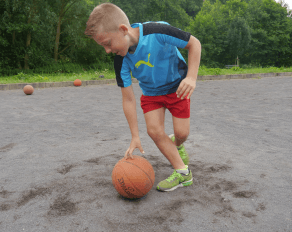 Junge beim Basketball - Move-It Sommer 2017