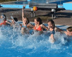 Kinder im Spaßcamp haben Spaß im Wasser