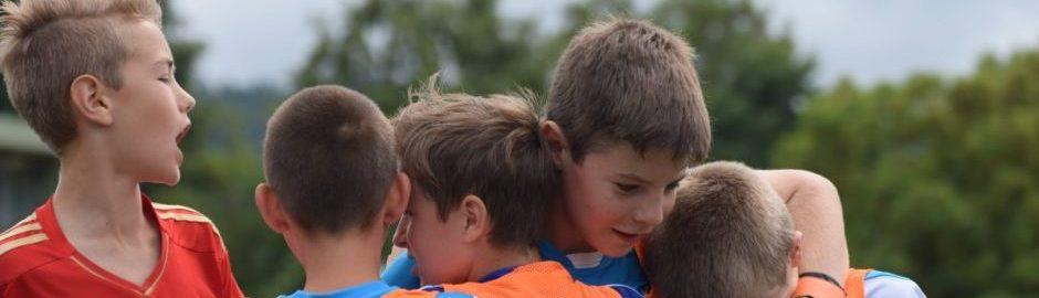 Kinder jubeln im Vereinssport