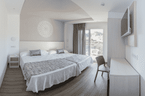 Ein modernes Doppelzimmer im Oasis Park Splash Hotel