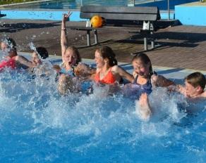 Spaß im Pool - Kinderferien