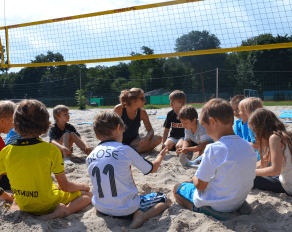 Besprechnung beim Beachvolleyball - Move-It Sportcamps