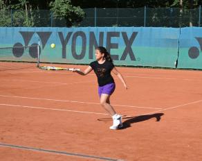 Mädchen beim Tennis - Move-It Sportcamps