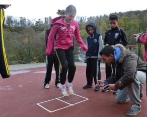 Motoriktest - Seitliches Hin- und Herspringen - Move-It Sportcamps